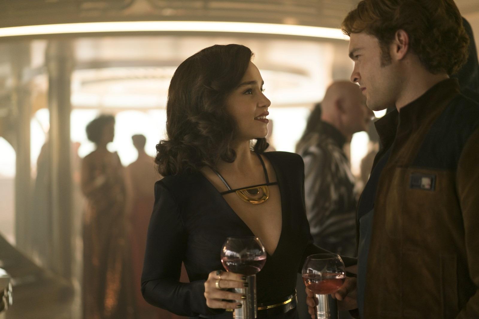 Qi'ra és Han Solo (Emilia Clarke és Alden Ehrenreich)